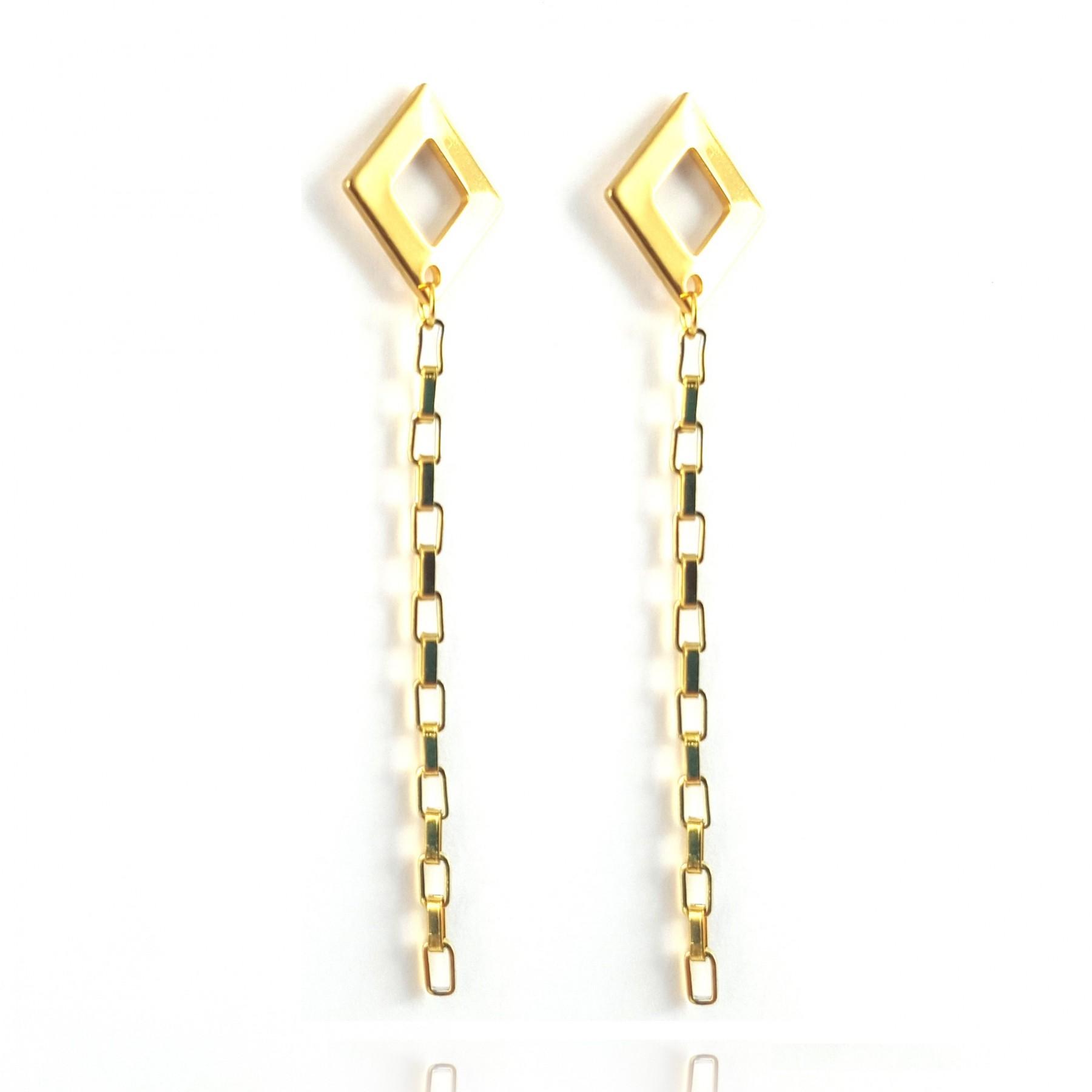 Boucles carré et chaîne pendante