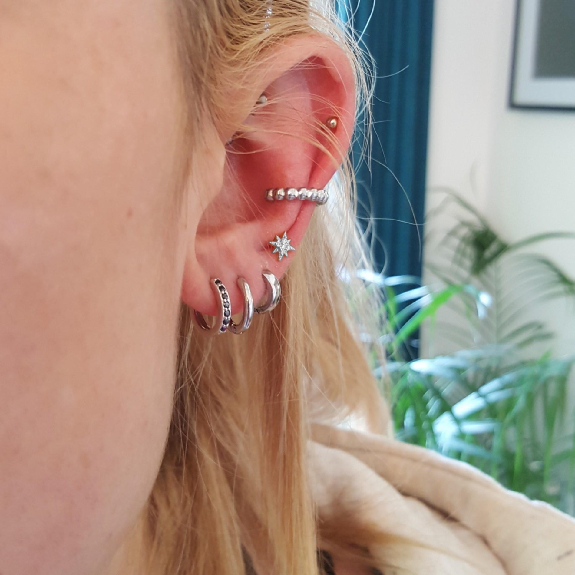accumulation bijoux d'oreilles argent et acier - identites bijoux